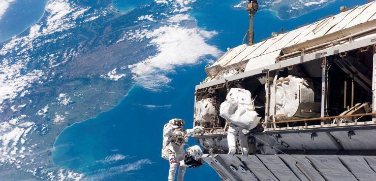Astronautes de la NASA sortant et flottant dans l'espace